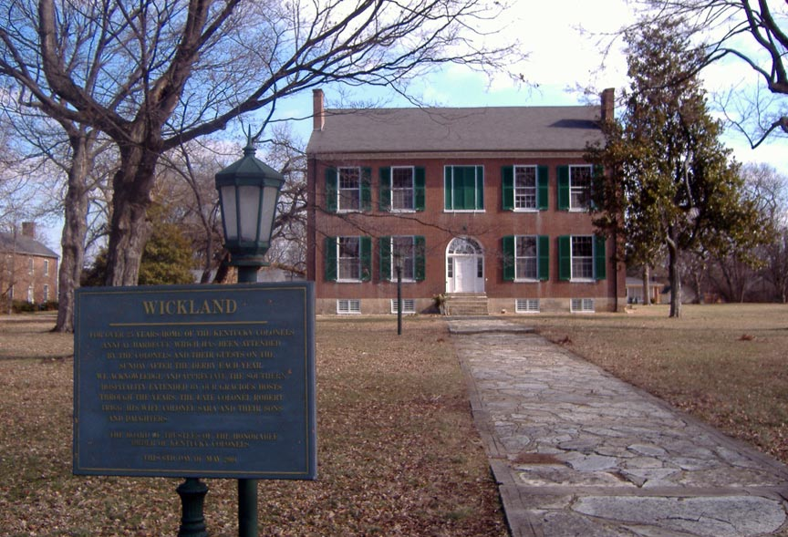 COLONIAL HOUSE WITH WALKWAY